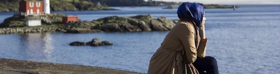 Frau am Meer mit Burka