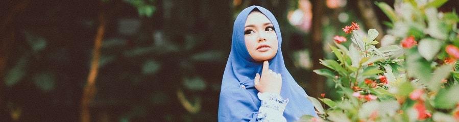 Mädchen mit blauen Hijab