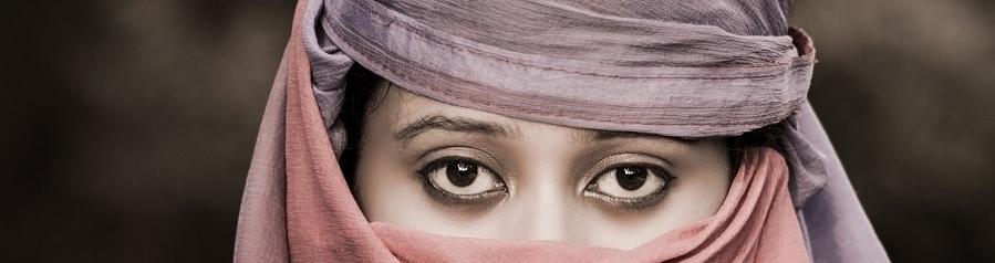 Frau mit braunem Hijab
