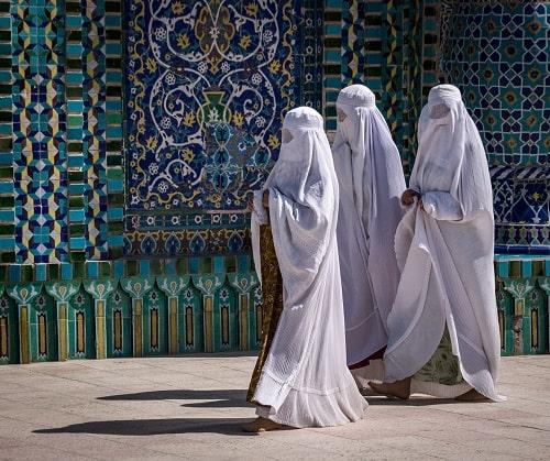 Frauen in Burkas auf dem Weg zur Moschee in Afghanistan